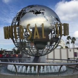 Die berühmte Weltkugel im Springbrunnen vor den Universal Studios Hollywood.