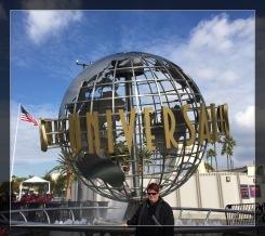 Ich vor den Universal Studios Hollywood.