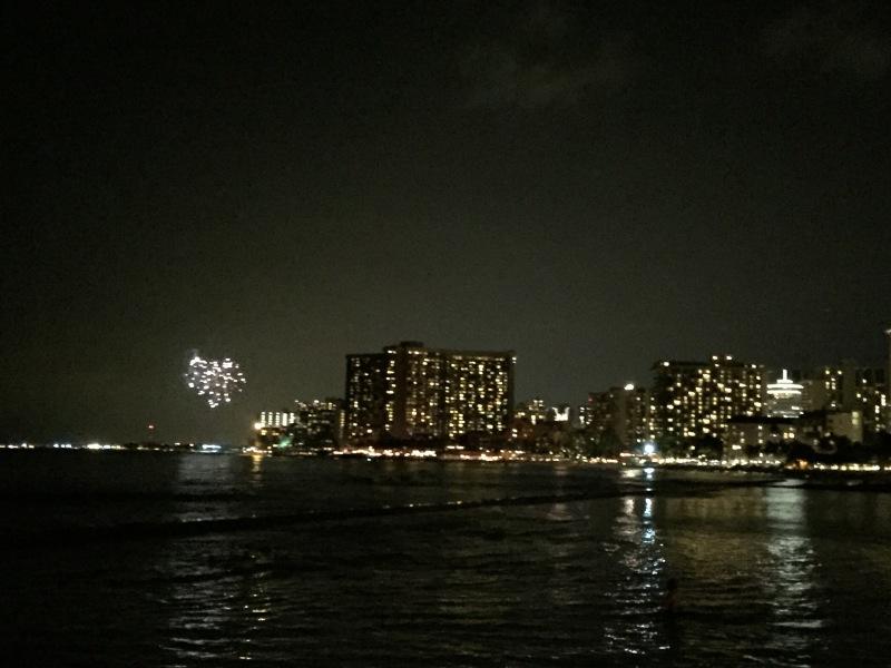 Jeden Freitag gibt es ein 10-minütiges Feuerwerk in Honolulu. Man kann es fantastisch vom Pier aus sehen und dort auch sitzen. Danach hat man zwar Sand am Popo...aber egal. Ein wöchentliches Highlight.