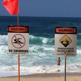 Hinweis- vs. Verbots-Schilder am North Shore von Oah'u.