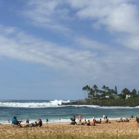Schaulustige beobachten das Treiben der Surfer am North Shore im Waimea Beach Park.