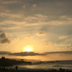 Die untergehende Sonne am Waimea Beach Park.