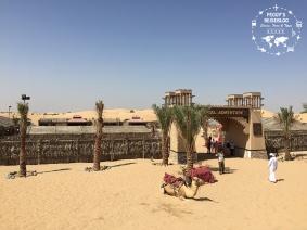 Ein Beduinen-Dorf mitten in der Wüste, natürlich mit dem Fortbewegungsmittel vor der Einfahrt.