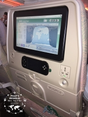 """So sieht die Entertainment-Anlage in der Holzklasse im A380 aus. Der Monitor ist schwenkbar, die Fernbedienung herausnehmbar, links ein USB-Anschluss und rechts ist eine internationale Steckdose und der obligatorische """"coat hook""""."""